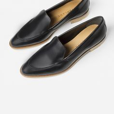 An elegant, architectural flat that feels as good as it looks. The hand-polished leather is half chrome-tanned and half vegetable-tanned leather, so it's super soft but still structured.