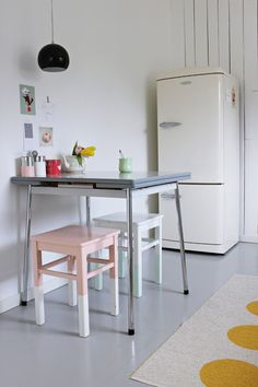 I want something like this in my next design ideas design decorating before and after kitchen design Kitchen Interior, Kitchen Decor, Kitchen Dining, 2nd Hand Furniture, Vintage Stool, Interior Architecture, Interior Design, Scandinavian Kitchen, Small Dining