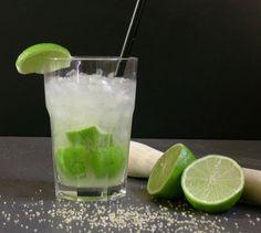 ¿Cuál de estos tragos deliciosos incluirías en tus festejos? Champagne navideño En el fondo de la copa de champagne colocá algunas cerezas al marrasquino, luego llená la copa con la bebida. Por último decorá el borde de la copa con azúcar color verde! ¡Riquísimo y original!  Mix Caribeño Un trago que podés hacer combinando …