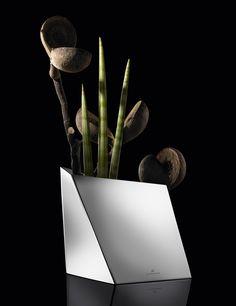 Elegancki wazon z serii Scala niemieckiej marki Auerhahn. Produkt został wykonany z wysokiej jakości matowej stali nierdzewnej. Asymetryczny kształt wazonu świadczy o jego nowoczesności. Wazon doskonale komponuje się zarówno w nowoczesnych jak i klasycznych wnętrzach.