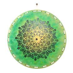 Wieder gibt es eine neue Bastelidee. Schaut rein und holt euch die gratis Anleitung für dieses sommerliche Mandala Bild! Decorative Plates, Summer, Handarbeit, Timber Wood, Pattern, Basteln