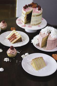 Lemon, Coconut and Raspberry Semi-Naked   White Chocolate Cake w/Strawberry Buttercream [English translations near bottom of page.]