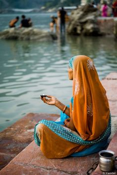 Rishikesh devotee on the banks of Ganges participate in a ritual to the Gods. Rishikesh, Varanasi, We Are The World, People Of The World, Mother India, Indian Colours, Amazing India, Belle Photo, Indian Fashion