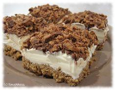 Yhteishyvä-lehden ruokaliitteessä oli pitkän aikaa sitten hieman tämän tapainen jäätelöjälkkäriohje. Siitä sitten kumpusikin ajatus, että miksei leivontablogissakin voisi olla leivoksia, joiden raaka-aineena on jäätelö. Leivosten valmistaminen on helppoa ja keksipohja, jäätelö ja suklaakuorrute on yhdistelmänä sellainen, joka maistuu varmasti kaikenikäisille. Itse käytin täytteessä tavallista vaniljakermajäätelöä, mutta hienompaa tilaisuutta varten valitsisin jonkin korkealuokkaisen Sweet Recipes, Cake Recipes, Dessert Recipes, Finnish Recipes, Sweet Bakery, Ice Cream Pies, Icebox Cake, Ice Cream Recipes, Let Them Eat Cake