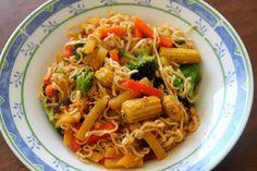 Mahtava, terveellinen perusresepti. Ei muuta kuin wokkivihanneksia pannulle, keitetyt täysjyvänuudelit sekaan ja paistetaan. Täyttävää ja vähäkalorista, ennenkaikkea halpaa! Go to-resepti.