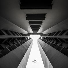 30 photos that demonstrate near-perfect symmetry—from reflections, to architecture, to symmetry in nature. This one goes out to all the Wes Anderson fans. Symmetry Photography, Line Photography, Building Photography, Space Photography, Stunning Photography, Urban Photography, Abstract Photography, Street Photography, Photography Ideas