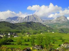 Peña Ubiña, con casi 2.500 metros, es la montaña más alta del Macizo de Ubiña, Babia, León Golf Courses, Nature, Travel, Lakes, Home, Paths, Lions, Spain, Voyage