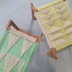 pour les tabourets de l'atelier: cadre en acier très droit, carré et fin avec dessus tressé.