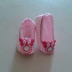 Hermosas zapatillas decoradas con soutache para las princesas de la casa!!! #soutache #fucsia #rosado #brillo #coqueta #princesas #glam #fashion #modabyjaibydesign
