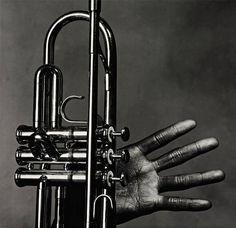 Irving Penn (1917-2009) - Miles Davis, main et trompette, New York, 1 Juillet 1986