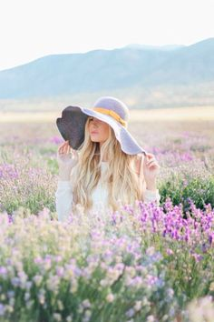 Senior pictures spring with flowers floppy hat what to wear for seniors