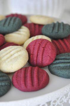 Småkaker i julens farger - Anne Brith Matcha, Cookies, Desserts, Crack Crackers, Tailgate Desserts, Deserts, Biscuits, Postres, Dessert