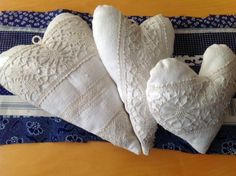 Herzen aus altem Leinen und Spitze / Hearts made from old linen and lace / Upcycling