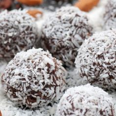 Anna's Bliss Balls 100 gms Raw Almonds 2 Tbls Cocoa 10 Medjool Dates (remove seed) 2 Tsp Honey 1 Tbls Sugar Free Maple Syrup Desicated Coconut … Detox Recipes, Raw Food Recipes, Snack Recipes, Cooking Recipes, Snacks, Chocolate Snowballs, Chocolate Chips, Coconut Chocolate, Healthy Chocolate