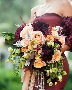 ❤️ This #dramatic #wedding #bouquet for this #redandgold #spanish wedding is absolutely amazing #weddingphotography by @nancyramosphoto #weddingflowers by @victoriasgardenanaheim and #custommade wedding #dress by @designsbyperla