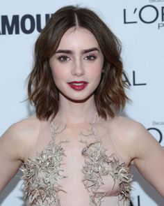 Beauty - Lily Collins Kicks Off the Holiday Season With A Berry Good Look Medium Length Wavy Hair, Medium Hair Cuts, Short Hair Cuts, Medium Hair Styles, Curly Hair Styles, Natural Hair Styles, Waves For Short Hair, Prom Hairstyles For Short Hair, Celebrity Hairstyles