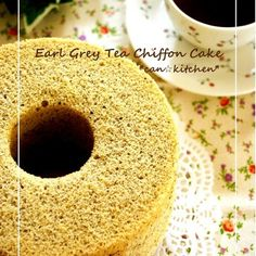 I made this chiffon cake as a thank you gift.  Please use normal vegetable oil, not light oil.  When adding meringue to the egg yolk mixture and mixing, try to mix slowly and gently in order to retain the tiny air bubbles. Recipe by Kyansama