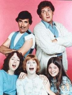 """New on CBS in """"One Day at a Time"""" was a Norman Lear sitcom about a divorced mother (Bonnie Franklin) raising two teenage daughters (Mackenzie Phillips and Valerie Bertinelli). My Childhood Memories, Sweet Memories, Mejores Series Tv, Valerie Bertinelli, Old Shows, Vintage Tv, Vintage Stuff, Teenage Years, Old Tv"""