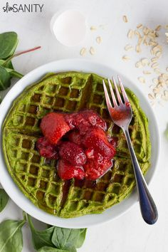 Spinach protein waffles are a delicious option for a healthy breakfast or lunch, and they can be made in 5 minutes! Eating Eggs, Eating Raw, Healthy Eating, Healthy Food, Clean Eating, Vegan Food, Healthy Waffles, Healthy Breakfast Recipes, Healthy Recipes