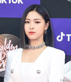 [PRESS] 200104— ITZY #RYUJIN at the 34th Golden Disc Awards with Tiktok - Red Carpet#ITZY #있지 #MIDZY @ITZYofficialpic.twitter.com/mqvTLiA7Av Kpop Girl Groups, Kpop Girls, Kpop Short Hair, Blonde Anime Girl, Mode Kpop, Pretty Makeup, Celebs, Celebrities, Ulzzang Girl