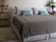 Manta de gabardina soft de puro algodón con detalle de tablitas a los lados. Fundas de almohada con detalle de pestaña. Almohadones de puro lino.  www.atelierdehilos.com