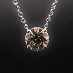 à vendre : 4430€ Collier Pendentif Diamant de 1.30 Cts M-Pur 10X . Or 18 Cts. serti 4 griffes avec un diamant naturel de 1.30 carat  Couleur : M (Jaune Pale)  Pureté : IF (Pur 10 fois )  Poids brut : 3.70 gr  Diamètre Pierre : 7.1 mm  longueur totale : 42 cm  livré avec certificat de laboratoire LFG  Mise à taille offerte  Prix neuf du diamant seul : 8030 €