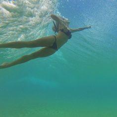 Deborah Secco de biquíni toma banho de mar em Fernando de Noronha:'Meu Carnaval'