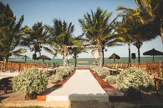 Cerimônia de casamento na praia com gazebo em flores brancas. Foto: Nelson Neto