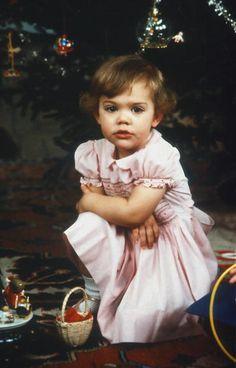H.K.H. Kronprinsessan Victoria - Victoria Ingrid Alice Désirée, Sveriges Kronprinsessa, Hertiginna av Västergötland, föddes den 14 juli 1977 som äldsta barn till Kung Carl Gustaf och Drottning Silvia.