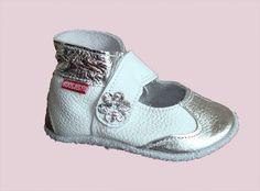 Roosjes babyslofjes M0148 open wit/zilver neusstukje zilver bloemetje en zilver enkelbandje.