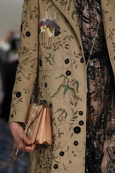 See all the Details photos from Valentino Spring/Summer 2017 Ready-To-Wear now on British Vogue Fashion Group, Fashion Week, Fashion 2017, Runway Fashion, Spring Fashion, High Fashion, Fashion Show, Fashion Trends, Classy Fashion