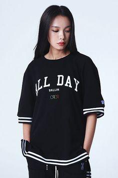 피케원단의 올데이 타이포그라피 티셔츠 ROMANTIC CROWN ALLDAY PK 1/2 SHIRT_BLACK