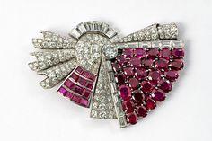 An important Art Déco platinum, diamond and ruby double clip. Bijoux Art Deco, Art Deco Jewelry, Jewelry Design, Jewelry Ideas, Art Nouveau, Antique Jewelry, Vintage Jewelry, Shoe Clips, W 6