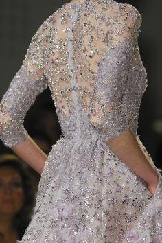 vestido espalda transparente con piedras y mangas tres cuartos . Elie Saab.