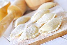 I ravioli con ripieno di crema di ricotta chiusi con i rebbi della forchetta