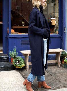 Rien de tel qu'un manteau chic-minimaliste pour réchauffer une tenue cosy/roots ! (photo Harper's Bazaar)
