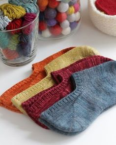 Ravelry: Kazyuk Footie-Socken You searched for footie - Knitting 2019 trend Knitted Slippers, Knitted Booties, Crochet Slippers, Knit Or Crochet, Slipper Socks, Free Crochet, Loom Knitting, Knitting Socks, Hand Knitting