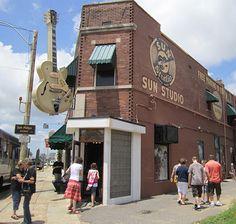 """Kaupungin toiseksi suosituin turistikohde on legendaarinen Sun Studio. Levymoguli Sam Phillipsin vuonna 1950 perustamalla studiolla ovat musiikin historiaa tehneet sekä Memphisin omat muusikot että vierailevat tähdet kuten U2, Def Leppard ja Bonnie Raitt. Kuuluisin nauhoitussessio on tietysti Elviksen """"That's Alright Mama"""" – laulu, joka päätyi levylle lähes puolivahingossa. Tunnin mittainen ja 12 dollarin hintainen studiokierros sisältää kiehtovia ja hauskoja kertomuksia vuosikymmenten…"""