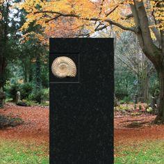Schöner Grabstein mit Ammonit Fossil Ammonio • Qualität & Service direkt vom Bildhauer • Jetzt Grabstein online kaufen bei ▷ Serafinum.de