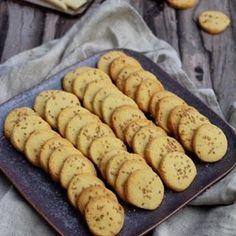 Assortiment de fatayer : fromage ou viande (Foodista Challenge # - Rock the Bretzel Shortbread, Fatayer, Rock The Bretzel, Crackers, Coco, Sausage, Buffet, Good Food, Pie