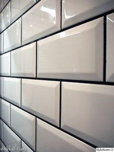 kylpyhuone,remontti,unelmientalojakoti,fasettilaatta,valkoiset laatat mustalla saumalla