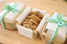 Homemade cookies in little berry baskets. I love this idea as a housewarming or neighbor gift! Little bread pans would work too. Bake Sale Packaging, Cookie Packaging, Paper Packaging, Food Packaging, Pretty Packaging, Packaging Ideas, Homemade Baby Foods, Homemade Cookies, Homemade Gifts