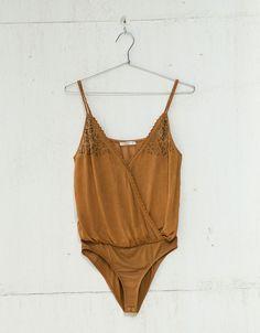 Body jacquard tirante con bordado. Descubre ésta y muchas otras prendas en Bershka con nuevos productos cada semana