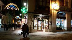 Iluminación navideña gracias a los establecimientos del casco antiguo.