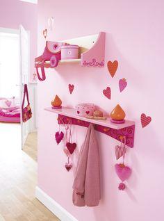 """Garderobenregal """"Pia"""" - Zwei Herz-Girlanden schmücken diese zauberhafte Garderobe: Oben haben Mützen und Handschuhe Platz, an den Haken sind Jacken gut aufgeräumt - egal, ob sie pink, rot oder blau sind! (Artikelnummer 7729)"""