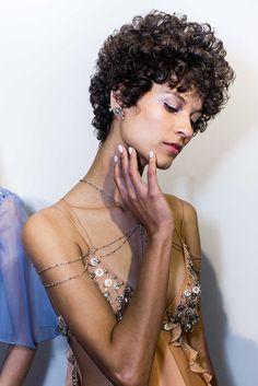 SPFW - Helo Rocha - Vitor K. Neves  A modelo Ari Westphal com um dos cortes que vêm aparecendo na moda - com volume e abusando dos cachos.