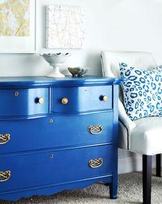 wohnzimmer einrichtung und farbgestaltung mit wandfarbe blau und sideboard antik in blau mit Ledersessel weiß