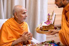 Swamishri engrossed in darshan of Shri Harikrishna Maharaj Folded Hands, 30 September, Live Wallpapers, In This Moment, Food, Essen, Meals, Yemek, Eten