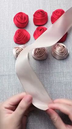 Latest Images Ribbon Rose ideas Strategies Buttercream ribbon roses will be a simple method to create a person's cakes plus cakes look stunni Diy Lace Ribbon Flowers, Ribbon Flower Tutorial, Ribbon Embroidery Tutorial, Flower Embroidery Designs, Cloth Flowers, Paper Flowers Diy, Handmade Flowers, Fabric Flowers, Zipper Flowers