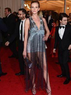 A modelo Anne Vyalitsyna apostou nas franjas em um vestido Prada. (Aviso: só ela pode!) #MET